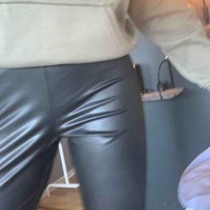 Säljer ett par nice läderbyxor (tights) från BikBok⚡️⚡️använda några enstaka gånger, då de är lite för stora. 🥰frakt ingår