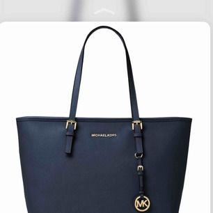 Säljer mina äkta michael kors väska pga inte min stil längre! Väskan är jätte fint skick! Går att diskutera priset! Finns kvitto! Nypris 3000!