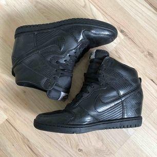 Nike sneakers med kilklack, Dunk Sky HI.  Sparsamt använda.  Köpare står för frakten.