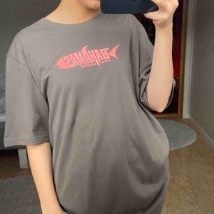 Snygg tshirt från Weekday. Köpt på herravdelningen därav är den oversize på mig. Frakt tillkommer. Betalning med swish.