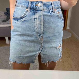 Jättesnygg blå jeanskjol från Gina Tricot. Använd en gång. Notera att knappen (se tredje bild) är lite lös. Men den har aldrig åkt ut när jag använt kjolen. Frakt tillkommer. Betalning med swish.