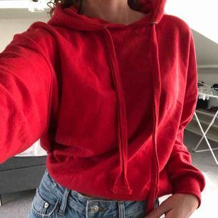 Supercool röd hoodie med lite läggre snören från Bikbok😍 Den är i XS men den är i en oversized modell.😊