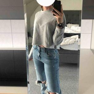 Superfin och skön sweatshirt från Bikbok, modellen är cropped vilket ger tröjan en cool touch👊🏽