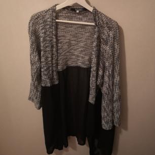Kimono/kofta från okänt märke. Stickad upptill och transparant tyg nertill. Storlek S men är Oversize och passar större storlekar.
