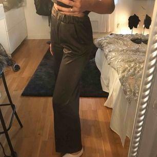 Super coola byxor från Gina i grå/grön färg 😻,använd 1 gång  Nypris:549:-