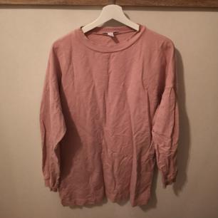 Sweatshirt klänning/tunika ifrån NELLY. Storlek S men oversize i modellen.