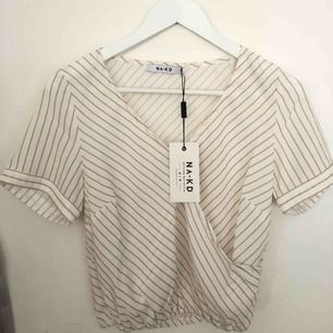 supergullig blus/skjorta ifrån nakd! tyvärr aldrig kommit till användning. orginalpris: 299kr. köparen står för frakt 🥰