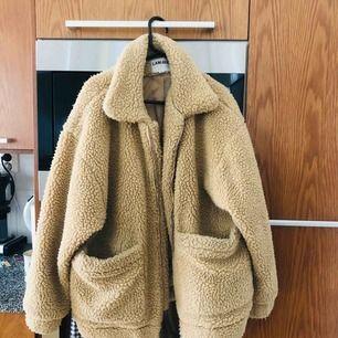 Perfekt jacka till vintern!   Använt fåtal gånger men i fortfarande bra skick.   Jackan är från I. Am. Gia.   Jag är 170 cm lång