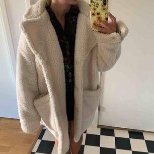 En fin Teddy fleece jacka från Monki, oversized och super mysig nu under hösten!:) nypris i butik 700kr, knappt använd! frakt tillkommer på 100kr