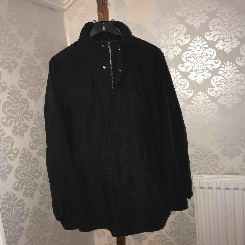 Lite längre vindjacka från gant, jackan är svart och utan hål eller märken vad jag har märkt av. Köparen står för frakten. Jackor.