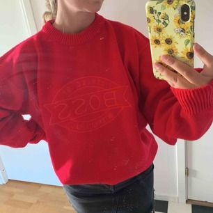 En jättefin röd sticka tröja från Hugo boss, köpt på en second hand butik. Står att det är storlek XXL men tycker mer det passar alla beroende på hur man vill att den ska sitta:) frakt tillkommer!