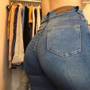 Super stretchiga blå jeans från bikbok🥰 Pris kan diskuteras
