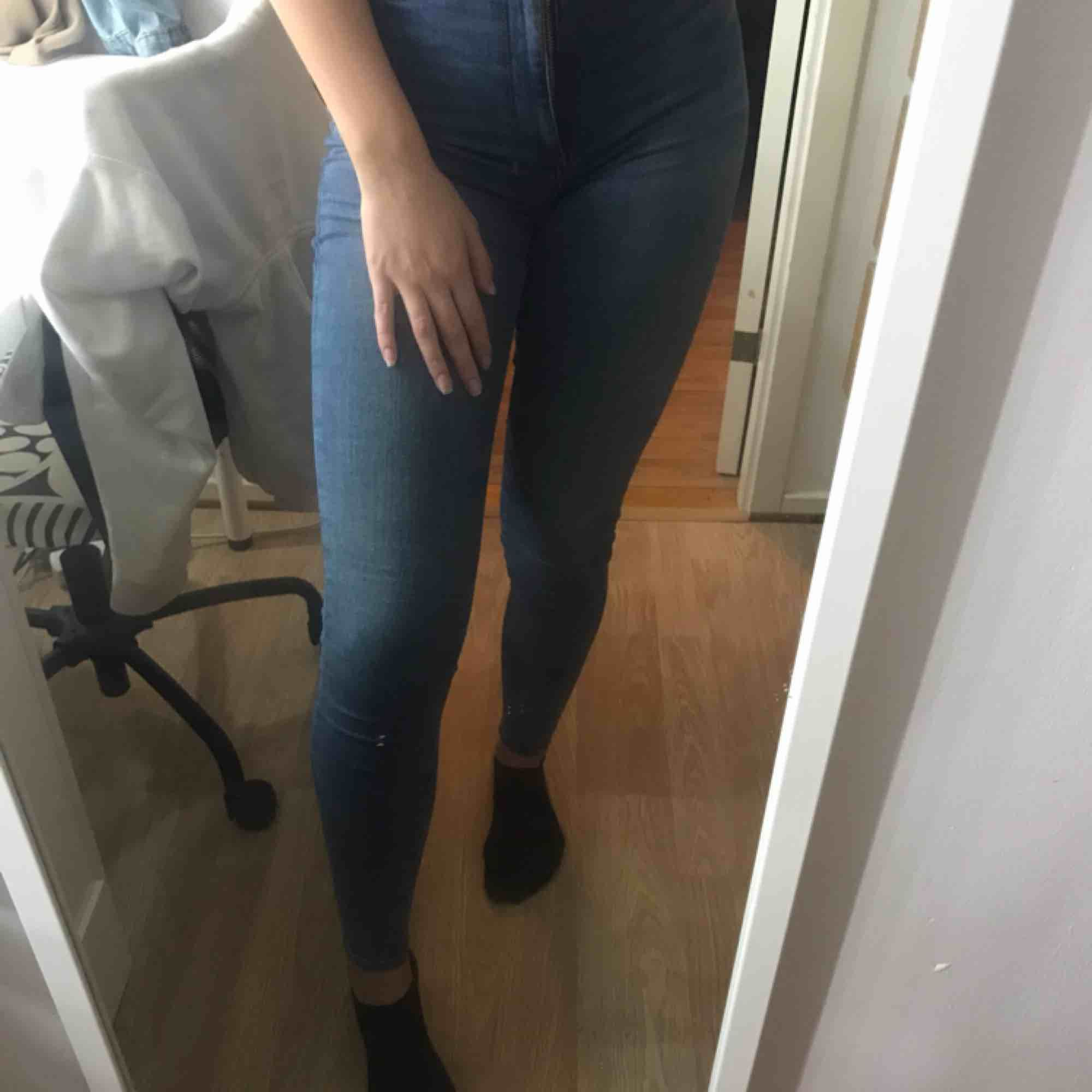 Super stretchiga blå jeans från bikbok🥰 Pris kan diskuteras . Jeans & Byxor.