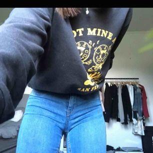 Helt nya jeans från GinaTricot i storlek S men passar även XS. Aldrig använda utan endast testade meb prislappen kvar. Frakten är inte inräknat i priset men priset går att diskutera :)