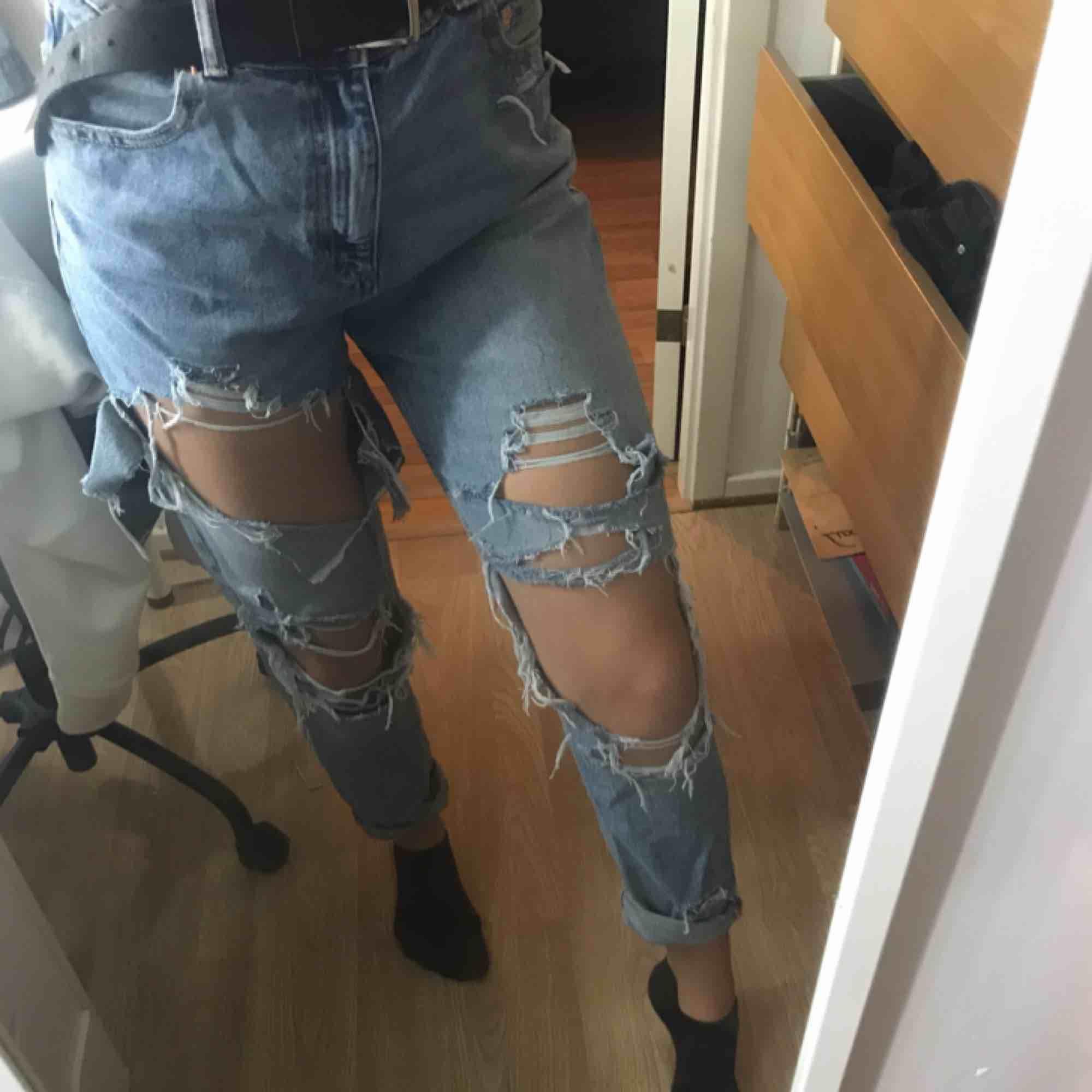 Boyfriend jeans med mycket hål, pris kan diskuteras🥰. Jeans & Byxor.