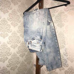 Säljer ett par Levis jeans då jag inte riktigt är säker på storlek då lappen är borta. Skulle gissa på att dom passar strl s. Köparen står för frakten