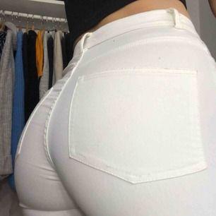 Vita jeans i storlek 34, säljer pga att dem är för små, pris kan diskuteras🥰