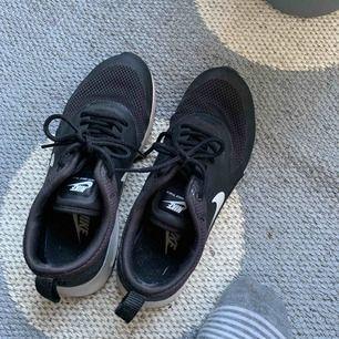 Ett par Nike air max thea i svart. Använda kanske 3 gånger. De står att de är 37.5 men skulle säga att de är lite mindre, har 38 vanligtvis och de är för små på mig. Tror de kostar runt 800-900kr buda