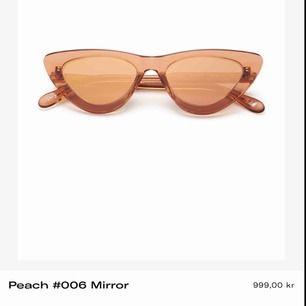 """Ett par nästintill oanvända solglasögon i cat-eye modell från populära Chimi Eyewear i modellen #006 färgen """"peach"""". Är använda ca 4 gånger pga har många solglasögon."""