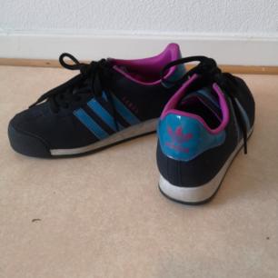 Adidas Samoa, strl 38 2/3. Haft dom länge men använder dom aldrig. Hoppas den nya ägaren får mer användning av dom så snyggigarna slipper stå och damma hos mig :)