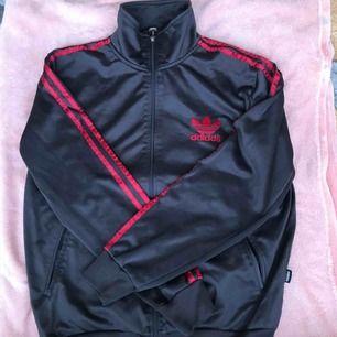 Adidas kofta storlek S passar M och S. Både för killar och tjejer :)
