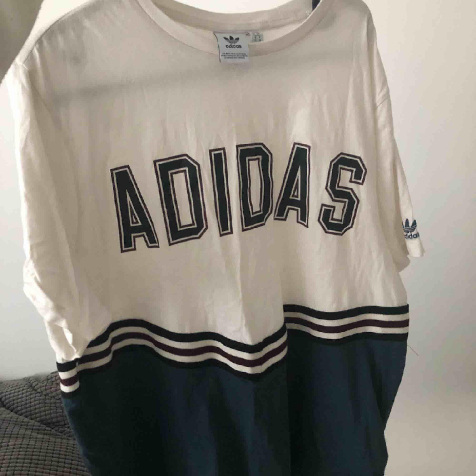 Superfina oversized tröja från adidas. Sälj pga att den aldrig kommer till användning. Köpt för ungefär 350kr. Frakt tillkommer.. T-shirts.
