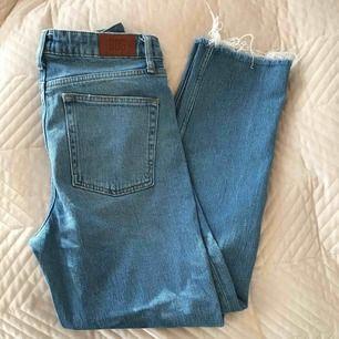 Jätte snygga Blåa jeans från BDG, kort modell med slitningar. Köpta på urban outfitters rätt så nyligen. Säljer eftersom de inte används mycket.