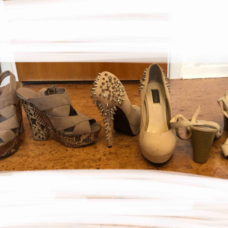 Högklackade skor. De i mitten med nitar har någon defekt men syns ej av när man har de på sig då det är baksidan av klacken på insidan (alltså längst längden på klacken då tyget gått upp, kan enkelt limmas ihop). De två andra paren är sparsamt använda. Skor.