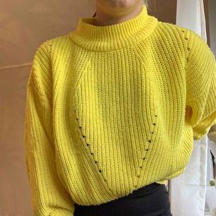 Oanvänd gul stickad tröja, storlek L men skulle säga att de är som en S då jag bara e 160 och brukar har S. Från Love knitwear