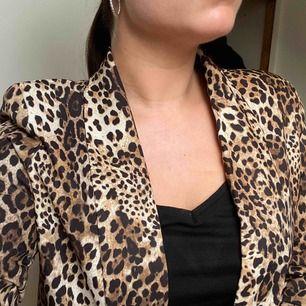 Blazer med leopardprint. Sitter som en smäck men tyvärr aldrig använd. Gör nytta i en annan garderob:) köpt på madlady för 499kr