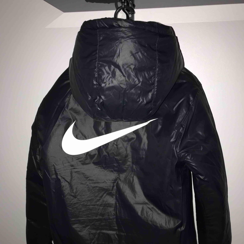 Jätte skön dunjacka från Nike med stoor luva, går att vända (som ni ser). Använd max 5 gånger, sälja pga används ej. Frakt tillkommer. Jackor.