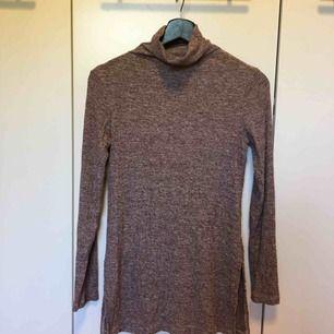 Längre tröja med hög krage från Bikbok i storlek XS. Frakt tillkommer på 54kr