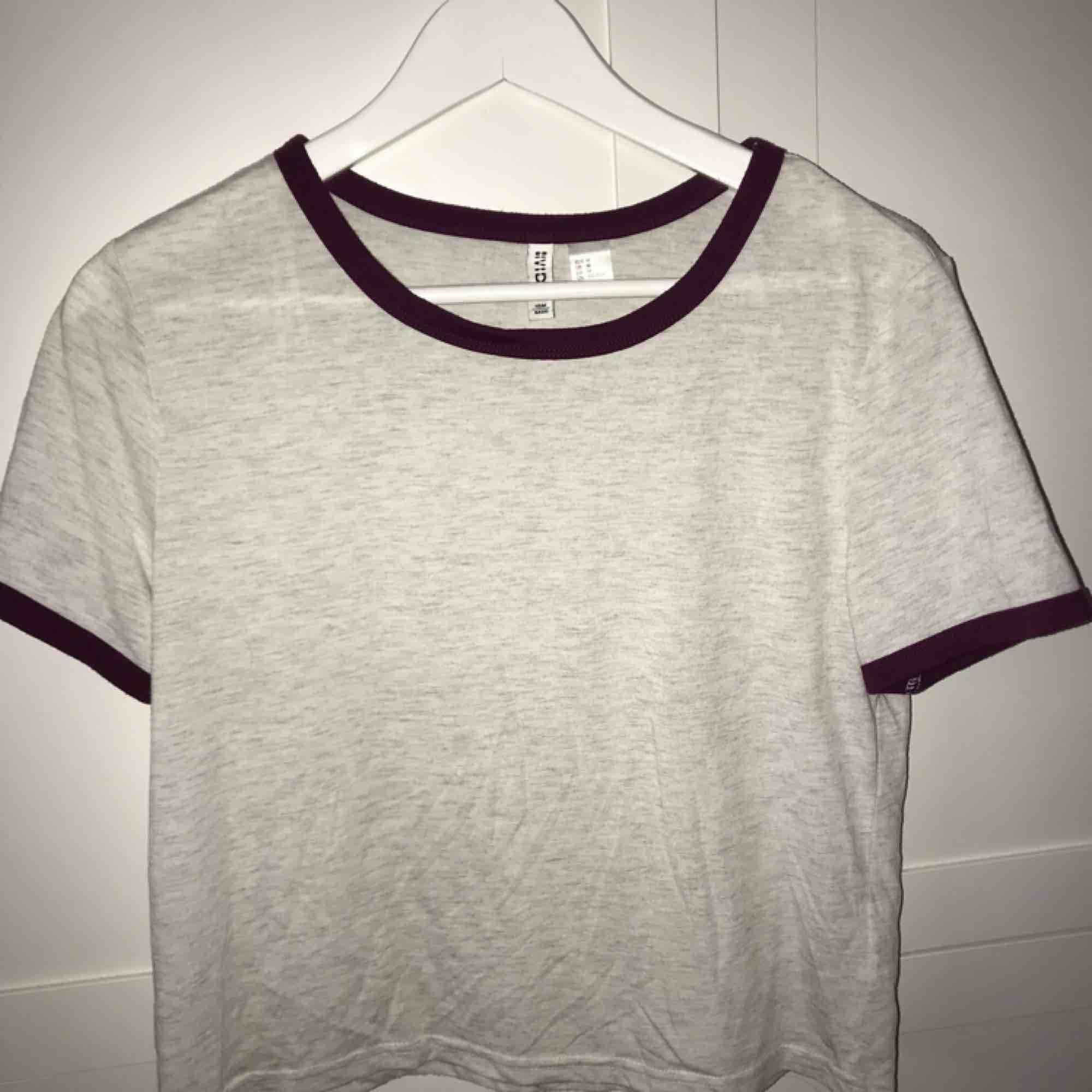 Fin t-shirt från H&M💜 Använd en del Skulle säga att den passar både XS/S Frakt tillkommer❤️ En för 25kr eller båda för 40+frakt🥰. T-shirts.