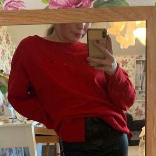 Sweatshirt från bershka, i storlek xs. Röd färg. Supersnygg men passar inte mig. Endast använd ett fåtal gånger. Köpt i Paris.