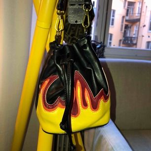 Liten väska från Bikbok med flammor på. Det är en fake-läderväska och den är i väldigt bra skick.