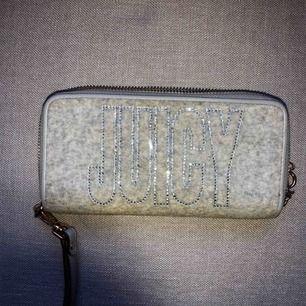 Säljer denna juicy coutoure plånboken så jag fick den som gåva för ett tag sen och den knappt blivit använd. Den är i ett mjukt material med små stenar på och i jättefint skick. Pris kan diskuteras.