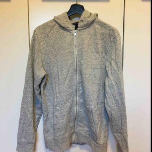Grå hoodie från H&M. Frakt tillkommer på 54kr😊