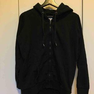 Svart hoodie med dragkedja i storlek XS. Frakt tillkommer på 54kr😊