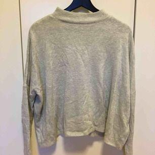 Ljusgrå jätteskön tröja från H&M. Frakt tillkommer på 36kr😊