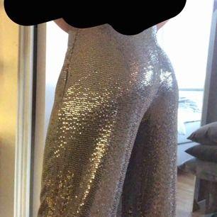 Helt, helt nya skit snygga glitter inspirerande byxor från Nelly, använda en halv gång! Är 1,75 lång och passar mig perfekt i längden är dock lite långa men skit snyggt, pris kan diskuteras!
