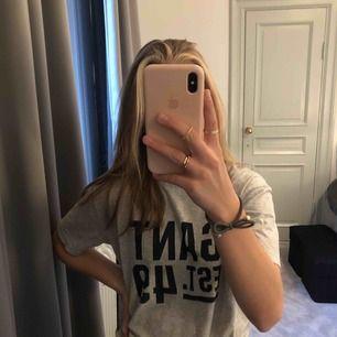 äkta t-shirt från GANT i storlek 158-164 och enligt mig passar den då XS, S eller M
