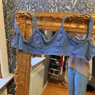 En cool topp som är i ett stretch jeans tyg. Jag använder denna aldrig pga det är inte min stil. Köparen står för frakten.