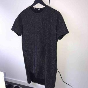 Fin glittrig klänning från hannalicious kollektion för NA-KD. Använd en gång. Perfekt nyårsblåsa! Köparen står för frakten :)