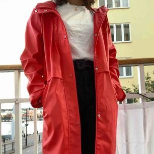 Superfin röd regnjacka från Vero Moda. Oanvänd så i toppenskick! Nypris 400kr. Frakt tillkommer 🌷