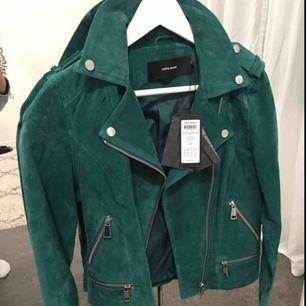 Grön mockajacka i bikermodell från Vero Moda. Nypris 899 SEK. Aldrig använd. Kan mötas upp, annars står köparen för frakt.