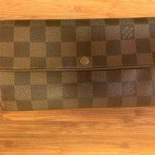 Vintage Louis Vuitton Plånbok. Skick utger du själv utifrån bilderna. Knappen funkar inte. Vid behov av fler bilder eller frågor skicka Pm Datecoden är: CA0066 Måtten är:18,5x10,5cm Köparen står för frakt