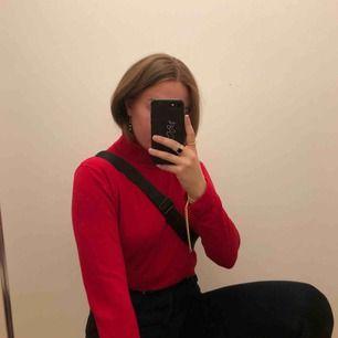 As cool röd polotröja, as mysigt skönt tyg. Säljer för använder ej. Frakten ingår (den är lite dyrare för tyget är lite tungt, så frakten som höjer priset) Frakten ingår i priset❗️❗️👍🏼