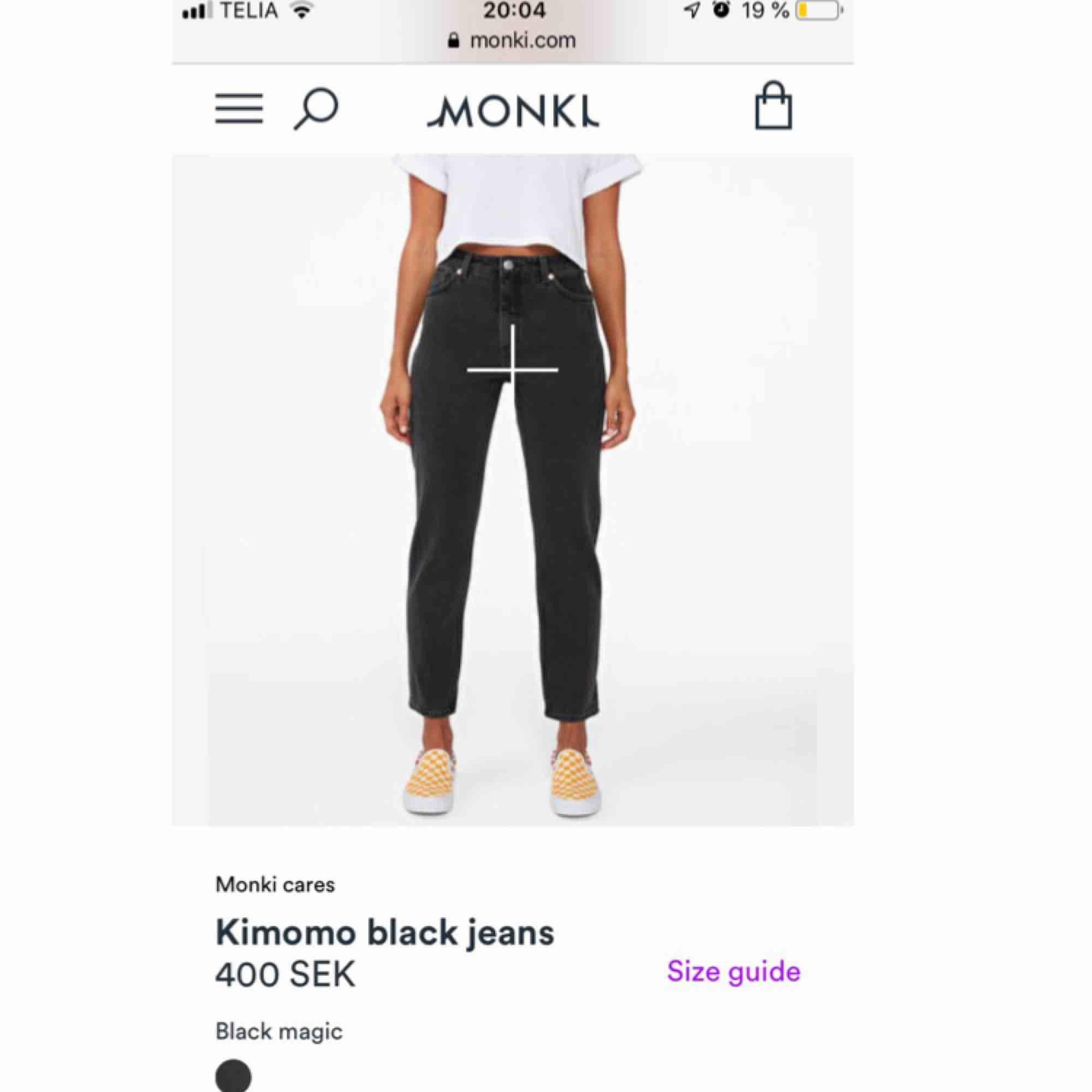 Svarta jeans från Monki!!🦓 Bra skick förutom den lilla skråman under knät (bild 3) , stl 24🖤🖤. Jeans & Byxor.