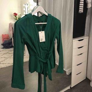Grön draperad blus från Monki. Aldrig använd. Nypris 250 SEK.