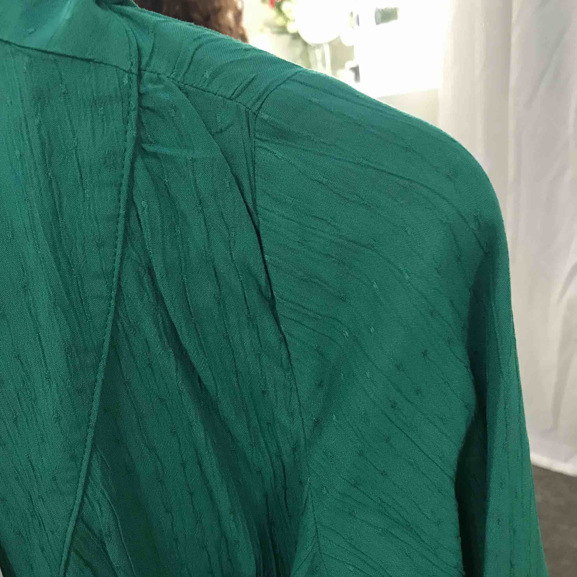 Grön draperad blus från Monki. Aldrig använd. Nypris 250 SEK.. Blusar.